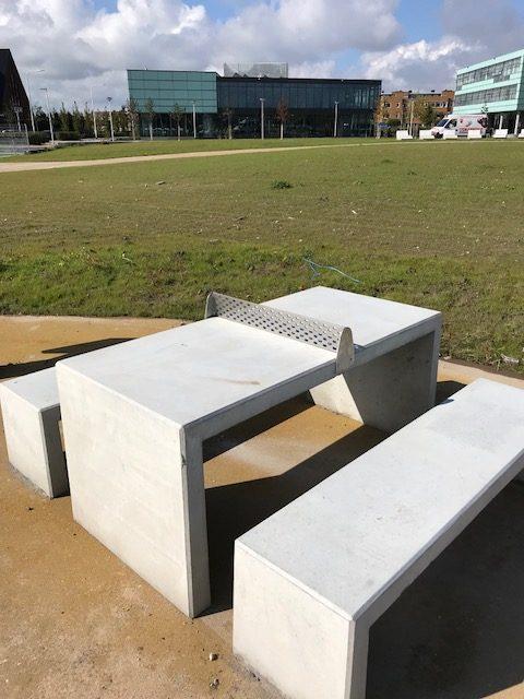 Betonnen tafeltennistafel zijaanzicht